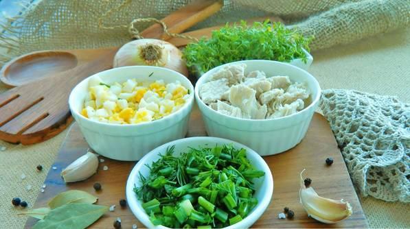 3. Когда курица уже почти сварится, - добавим картофель, фасоль, измельченное яйцо.