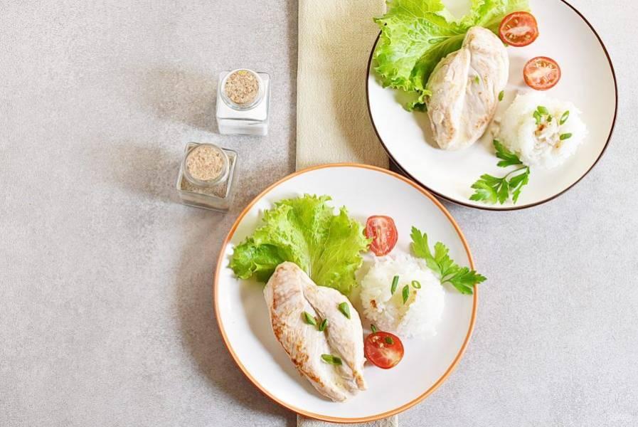 Раскладывайте гарнир по тарелкам, выкладывайте филе и не забудьте полить гарнир вкусным поджаренным маслом со сковороды!