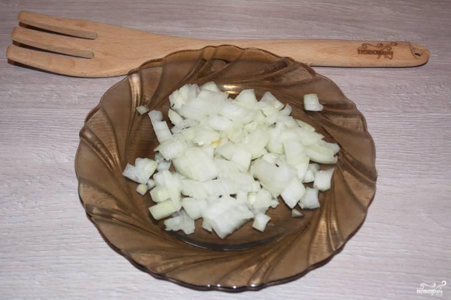Для приготовления картошки с шампиньонами в духовке нужно репчатый лук нарезать кубиками.