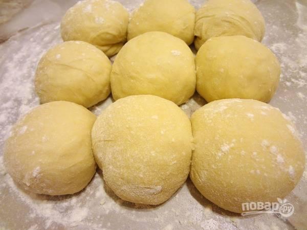 6.Спустя час достаньте тесто и разделите его на небольшие шарики (8-10 штук).