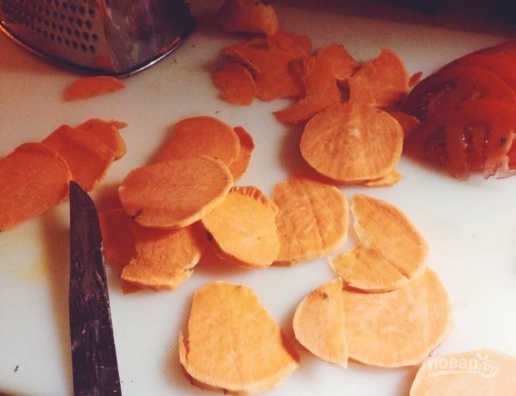 1.Очистите сладкий картофель, ножом или на специальной терке нарежьте его тонкими ломтиками.