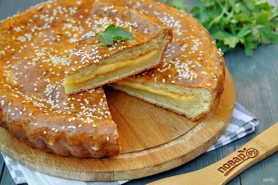 Готовый пирог слегка остудите, разрежьте и подавайте к столу.
