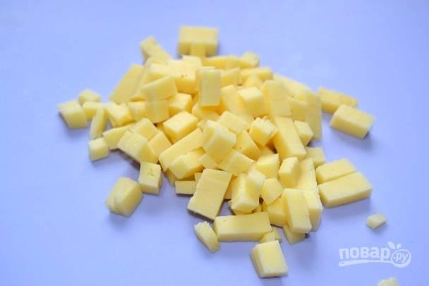 2. Сыр нарежьте небольшими кубиками.