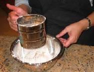 Просейте в миску муку, крахмал и щепотку соли.