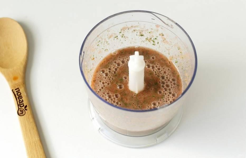 Помидоры обдайте кипятком и снимите шкурку. Нарежьте очищенные помидоры на несколько частей и выложите в чашу блендера. Добавьте свежую зелень и все измельчите до однородности.
