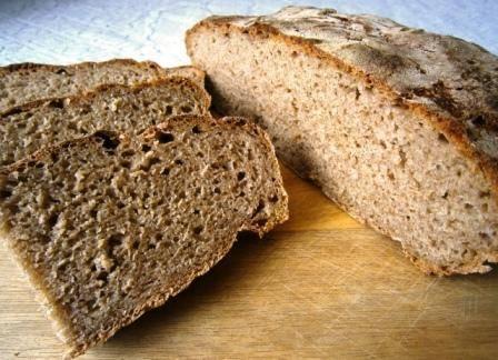 """3. Спустя первый час проверяем, не сырое ли тесто внутри, и переворачиваем аккуратно тесто. Второй час запекаем, постоянно проверяя тесто на готовность, важно не """"упустить"""" нужное время и не спалить хлеб. Вот и все!"""