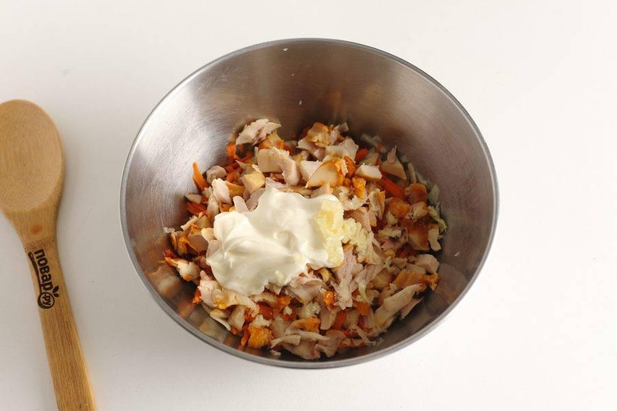 Заправьте салат майонезом, добавьте пропущенный через пресс чеснок, соль и перец по вкусу.