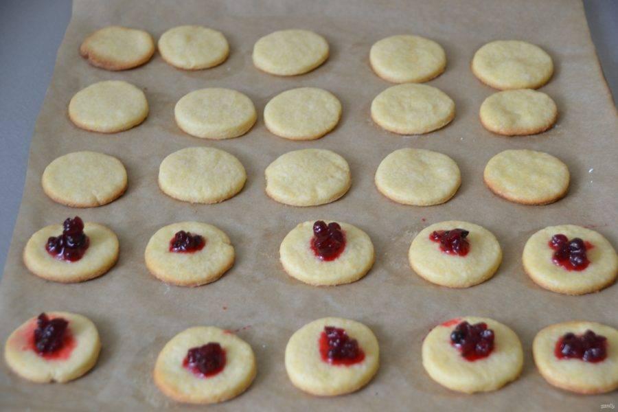 На часть печенья или на всё печенье можно нанести немого ягодного джема, я нанесла брусничный джем на 10 штук.