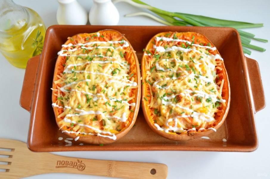 Фаршированная тыква-спагетти готова! Полейте сверху сметаной, посыпьте зеленью. Подавайте горячей. Приятного!
