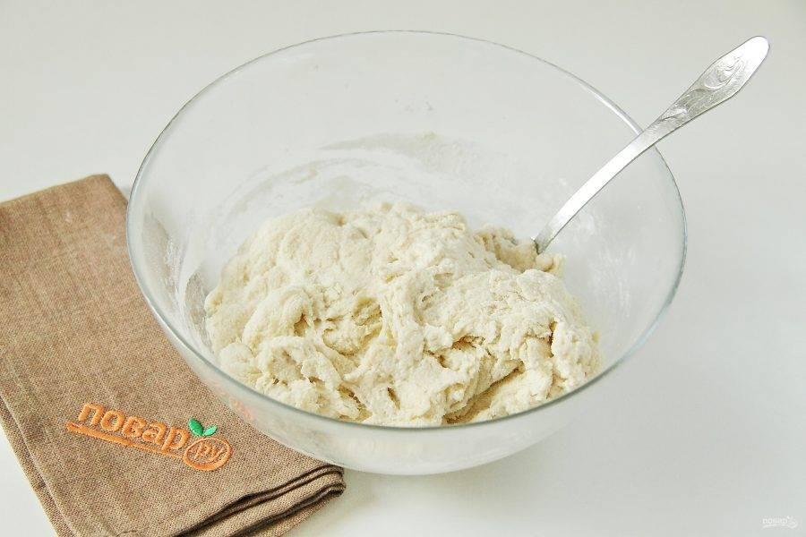 Подсыпьте еще муку и манку в равных пропорциях по мере необходимости, пока смесь не превратится в тесто, которое будет тяжело перемешивать ложкой.