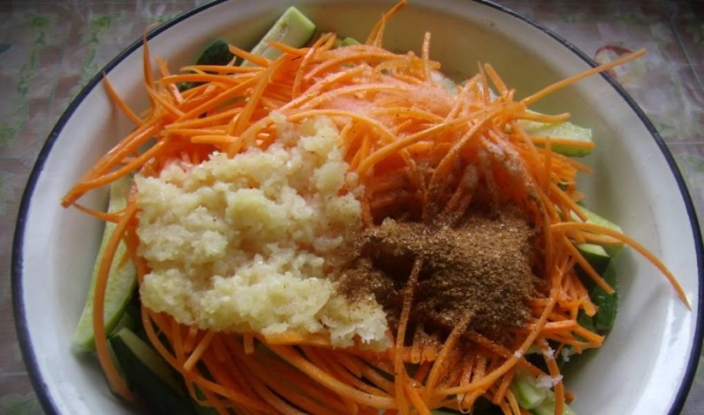 1. Огурцы и морковь моем и нарезаем вдоль. Огурцы я резала ножом, а морковь терла на специальной терке для моркови по-корейски. Добавим давленый чеснок и приправу.