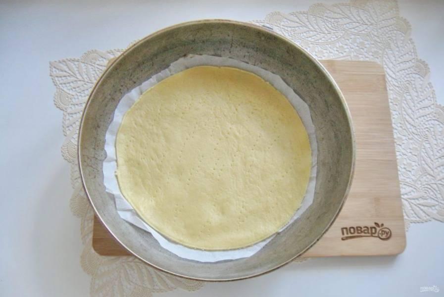 После разделите тесто на 6-8 кусочков. Каждый кусочек раскатайте в тонкий пласт. Выложите в сковороду с пергаментом. Диаметр моей сковороды 20 см. Наколите тесто вилкой.