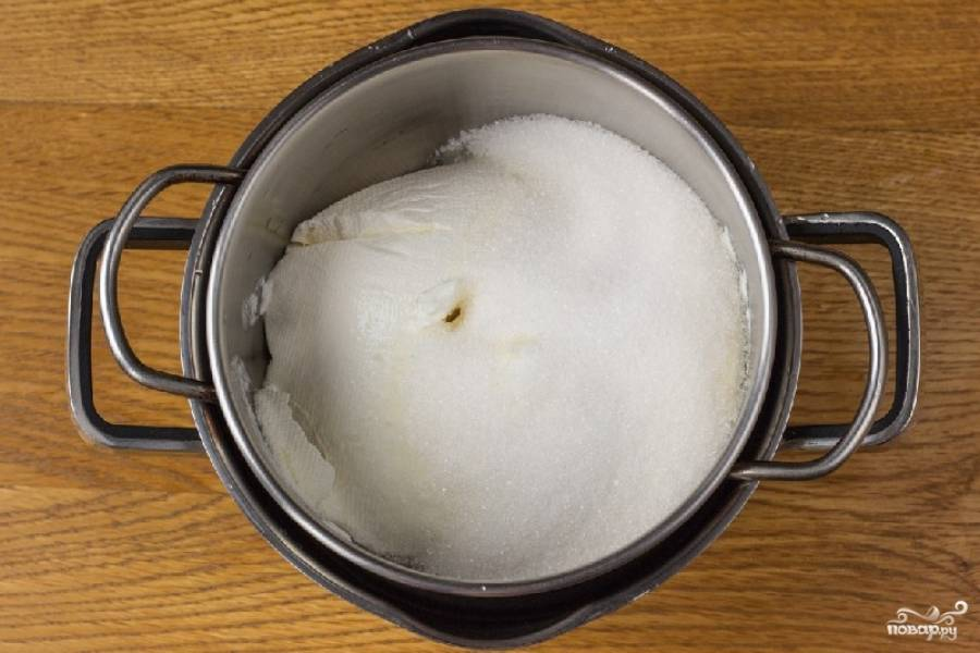 Сметану положите в небольшую кастрюльку, туда же всыпьте 100 грамм сахара. Кастрюльку необходимо поставить на водяную баню. Но вода в нижней кастрюльке не должна касаться дна той, где лежит сметана.