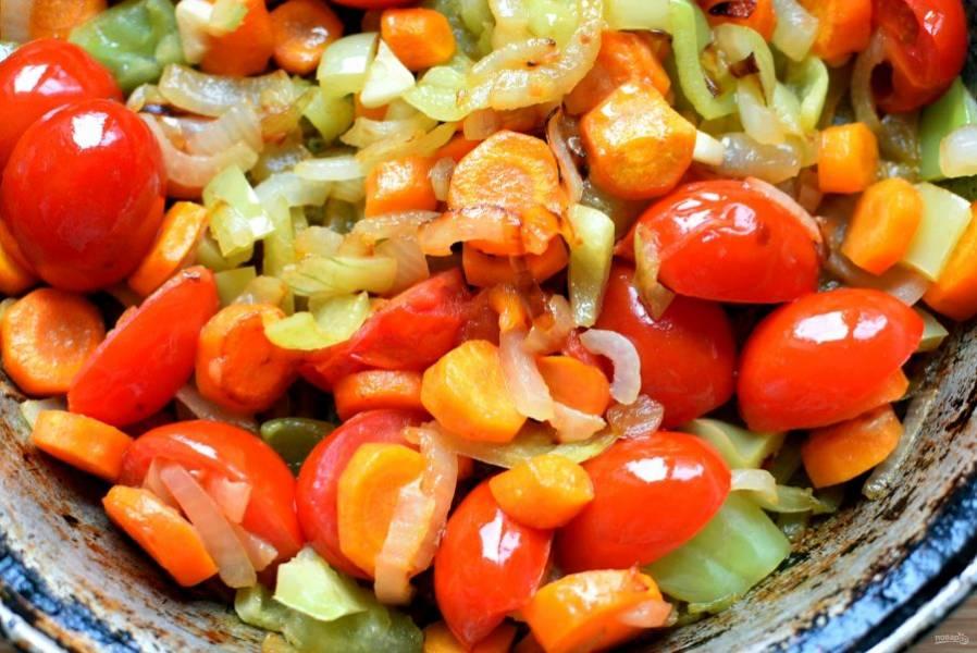Овощи нарежьте крупными кубиками. Обжарьте лук и чеснок, добавьте морковь  и перец, пассеруйте, помешивая, до мягкости овощей. Затем добавьте половинки помидорок и тушите пару минут.