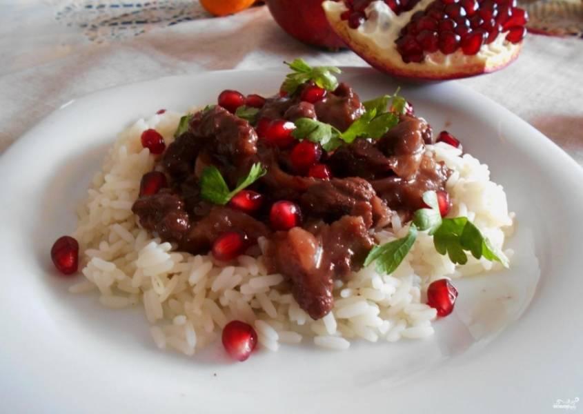 6.Приготовьте сковороду. Нагрейте до высокой температуры. Налейте масло. Каждый кусочек мяса обваляйте в муке, смешанной со специями. Положите мясо на сковороду. Обжарьте каждый кусочек с двух сторон до получения золотистого цвета. Добавьте к мясу лук, сок граната, немного зерен. Тушите под крышкой чуть более получаса. При необходимости добавьте гранатовый сок. Подавайте мясо с отварным рисом. Приятного аппетита.