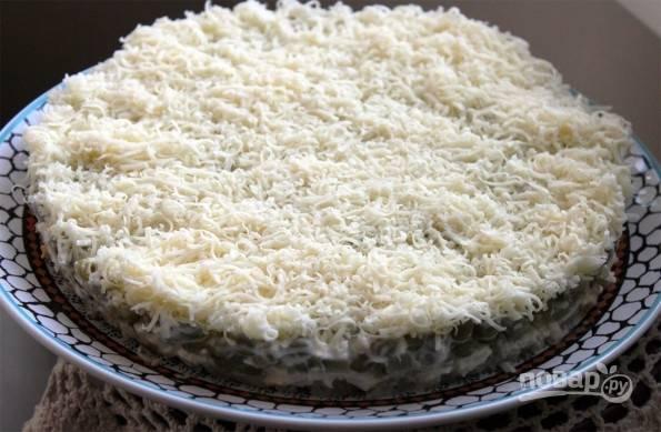 12.После настаивая готовый салат вынимаю из разъемной формы и подаю к столу. Приятного аппетита!