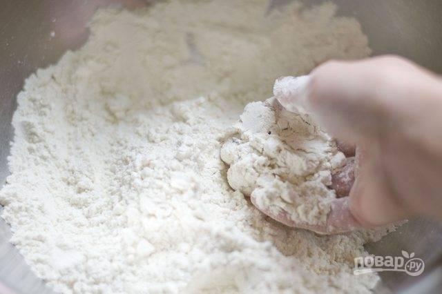 1. В глубокой мисочке соедините просеянную муку, соль, растительное масло и перемешайте. Удобно делать это руками, впрочем, можно использовать и технику, конечно.