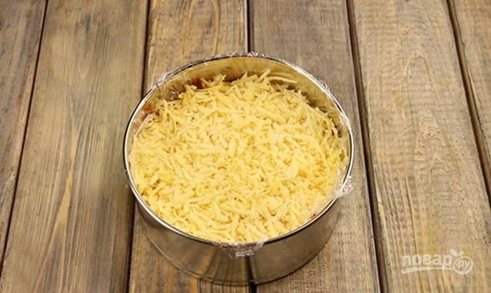 Далее натрите сыр и распределите майонез.