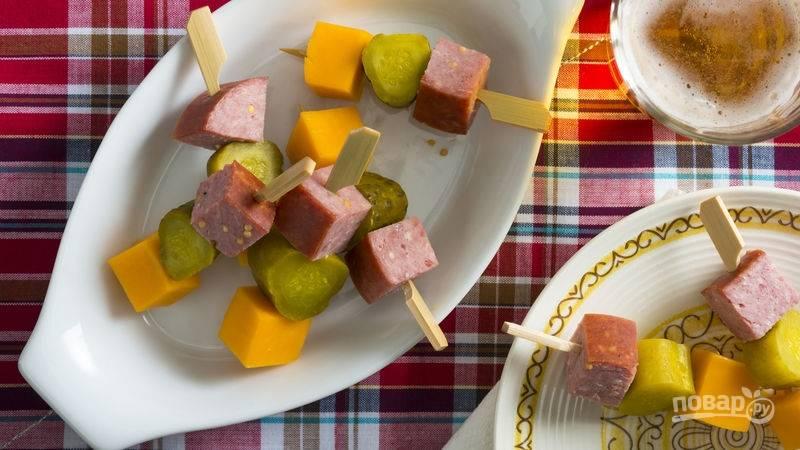 Канапе с сыром и колбаской