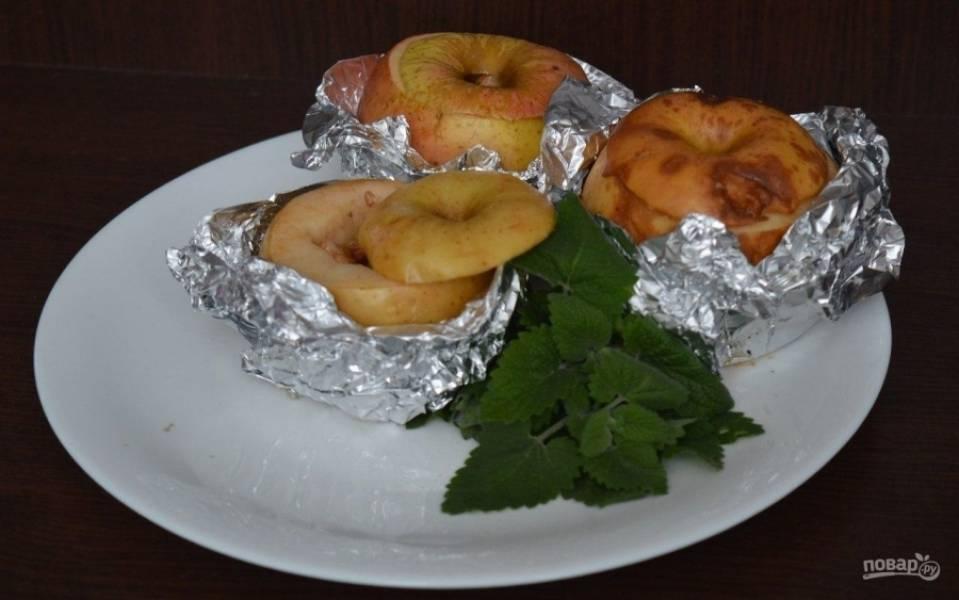 5.Достаю яблоки из духовки и аккуратно перекладываю их на тарелку, сразу не убираю фольгу, оставляю так на 5 минут.