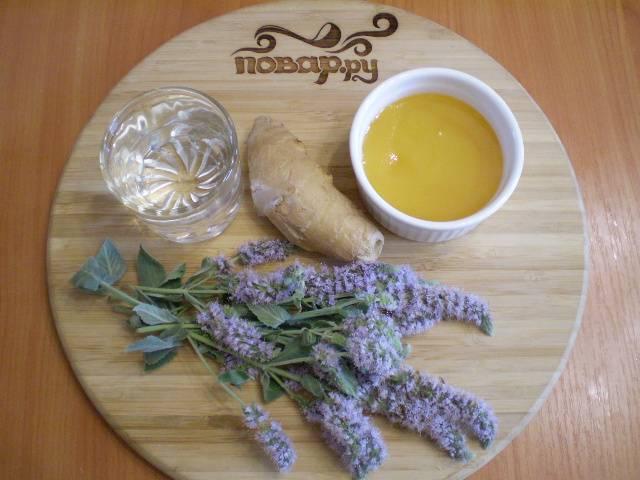 1. Для приготовления напитка из мелиссы возьмите не только листочки, а целые веточки с цветами.