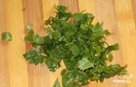 5.Также мелко нарезаем зелень петрушки.