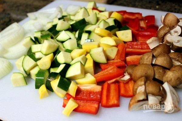 1. Овощи и грибы вымойте, обсушите и нарежьте средними кусочками.
