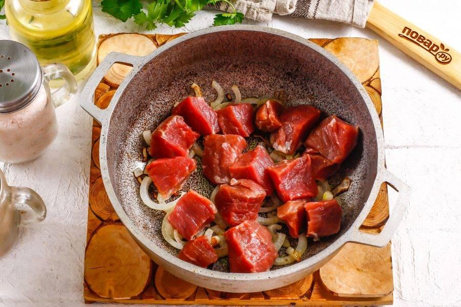 Промойте мясо и нарежьте его порционными кусочками. Чем мельче будет нарезка, тем быстрее она потушится. Добавьте в емкость.