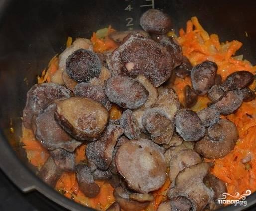 2. Выложите в чашу грибы (в данном случае в рецепте приготовления постного грибного супа в мультиварке используются уже вымытые, очищенные и замороженные). Продолжайте обжаривать их еще минут 7-10. Не забывайте помешивать.