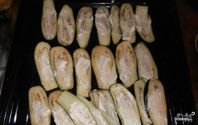 6.На готовые остывшие баклажаны выкладываем майонез и размазываем по поверхности пластинок.