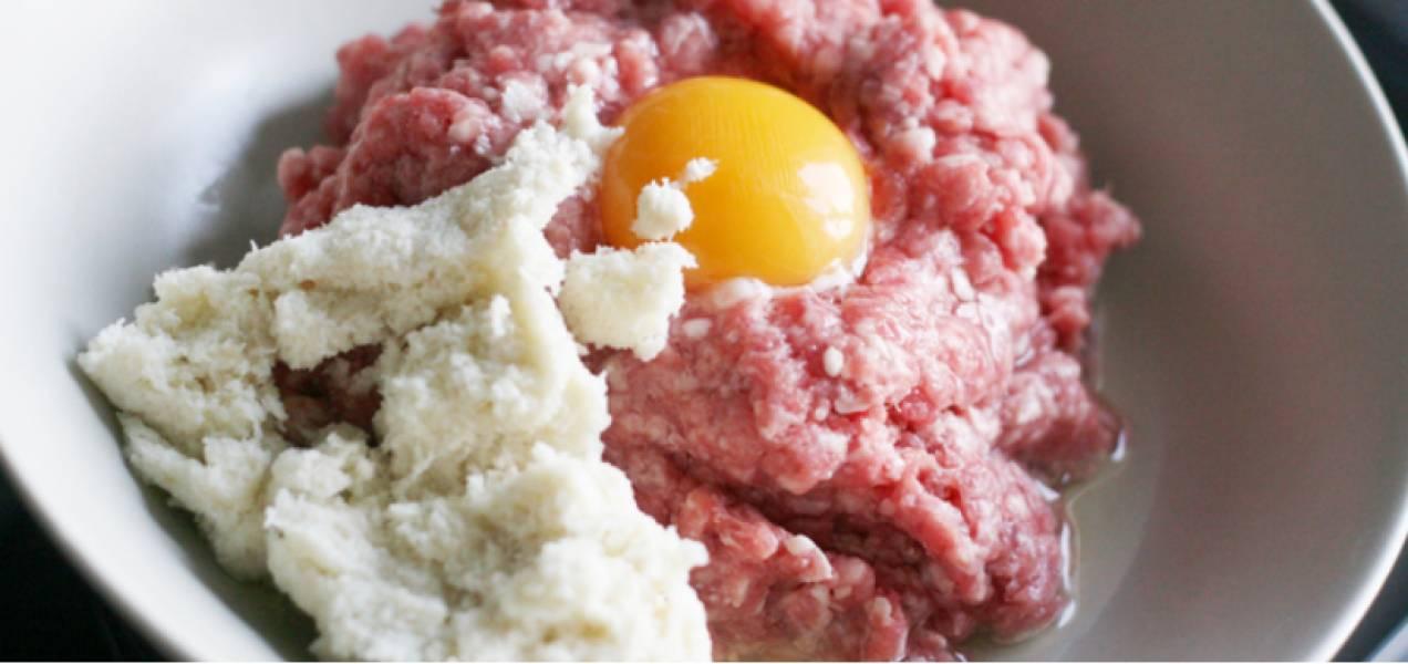 Смешайте руками фарш с яйцом и хлебом.