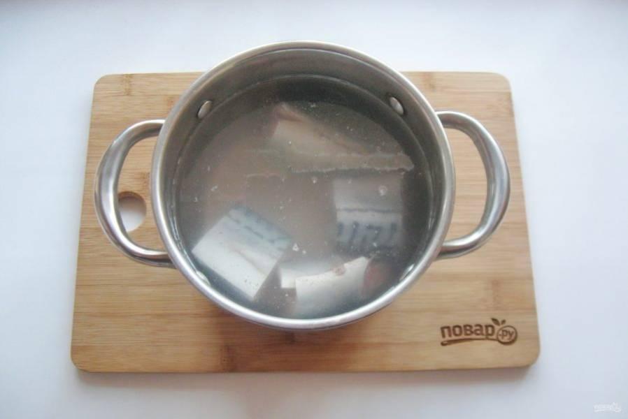 Выложите в кастрюлю и залейте свежей водой.