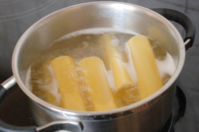 4. В кипящей воде со щепоткой соли отварить минуты 3 каннеллони. Затем воду слить и просушить немного.