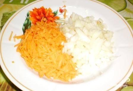 Для начала нам необходимо подготовить овощи. Для этого мы чистим лук и нарезаем его на средние кубики. Морковь так же чистим и натираем на крупной терке.