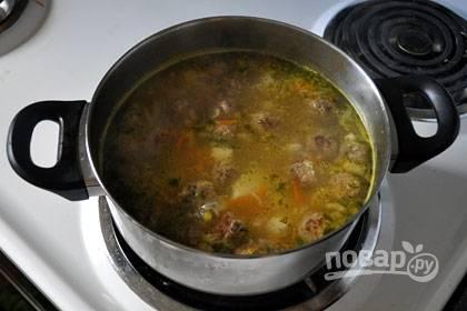 5. Добавьте зажарку в суп. Прокипятите его и подавайте к столу, украсив укропом и петрушкой.