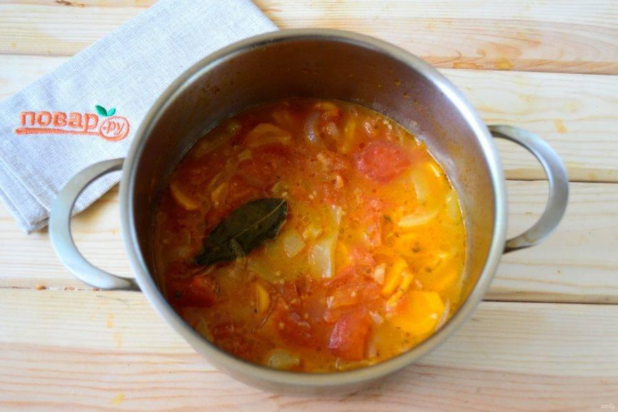 Когда все овощи будут готовы, снимите суп с огня, лавровый листик выньте.
