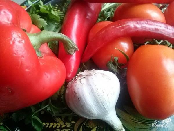 Подготовьте необходимые ингредиенты. Овощи помойте и порежьте небольшими кусочками.