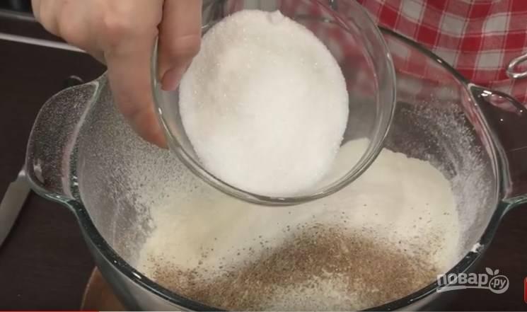 2. Муку нужно просеять, в нее добавить молотый имбирь (2 раза на кончике ножа) и столько же молотой гвоздики, половину чайной ложки молотого аниса и столько же молотой корицы, а также белый сахар. Хорошенько ложкой всё перемешайте, можно даже еще раз просеять через сито.