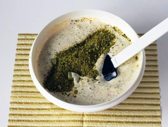 Смешайте взбитые белки и желтки, добавьте цедру и ваниль. Постепенно добавьте муку с фисташками и замесите тесто.