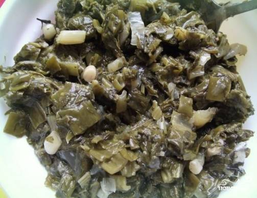 У меня в закромах осталась одна баночка консервированного щавеля с зеленью. Добавляем в суп, немножко помешаем его. Если у вас свежий щавель и зелень, то используйте ее.