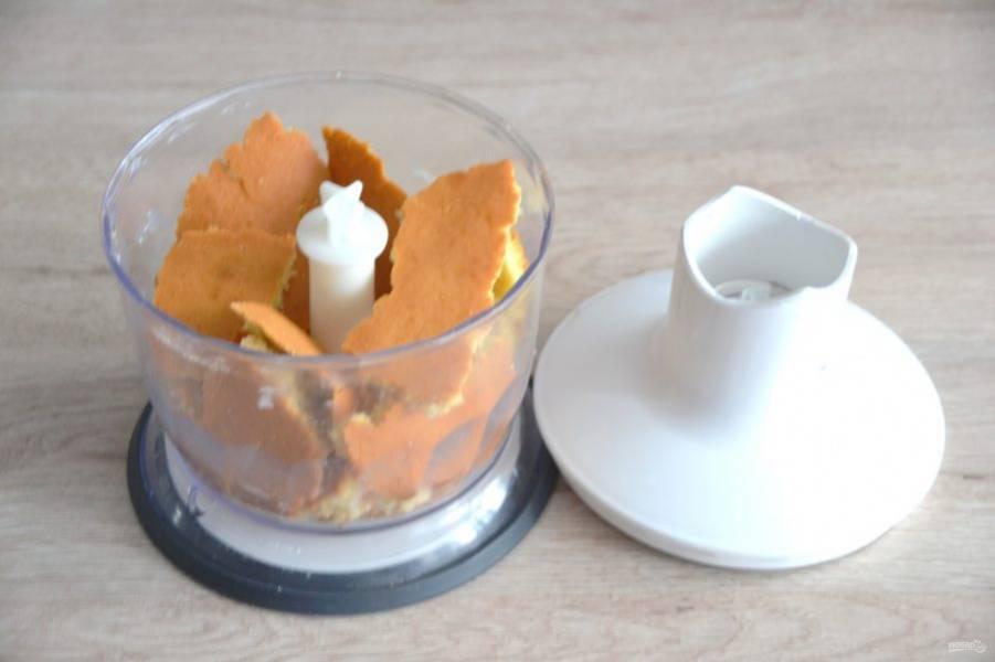 Срезанную часть коржа поломайте на кусочки и поместите в блендер.