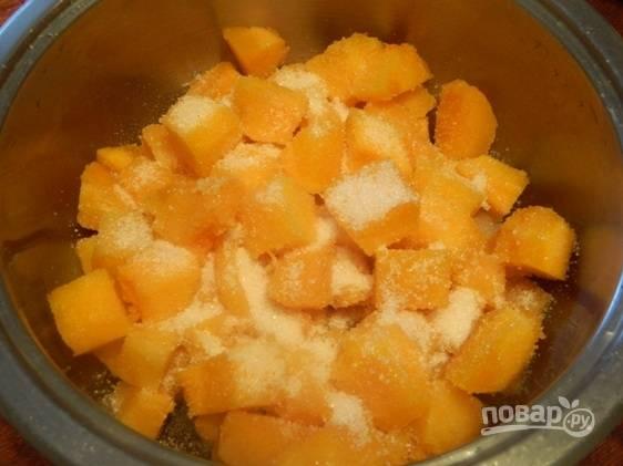 Тыкву нарезаем небольшими кусочками. Засыпаем сахаром, добавляем ванилин или ванильный сахар и ставим кастрюлю на небольшой огонь.