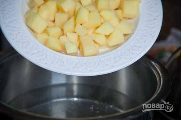 Тем временем доведите воду в большой кастрюле до кипения. Добавьте в неё картофель.