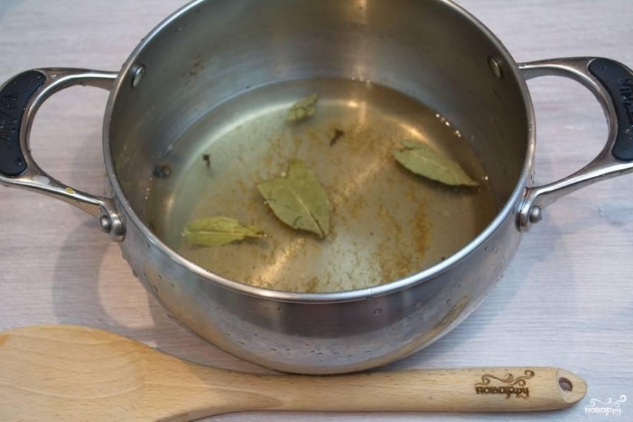 В кастрюлю влейте 2 стакана воды. Добавьте душистый перец (4-5 горошен),  2-3 лавровых листика, 1 ч. ложку молотого кориандра, 1 ч. ложку соли и 1 столовую ложку сахара. Дайте маринаду закипеть. После закипания влейте в кипящий маринад 3 ст. ложки уксуса.