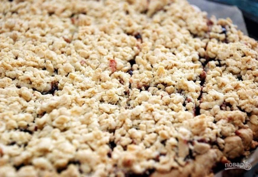 8.Отправьте пирог в разогретый до 180 градусов духовой шкаф на 30 минут.