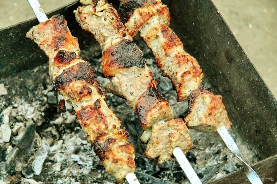Как только мясо покроется румяной корочкой - шашлык из свинины на сметане готов.