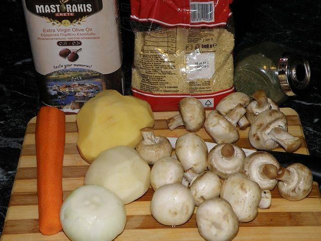Подготовьте все необходимые ингредиенты. Овощи тщательно промойте и очистите от кожуры.