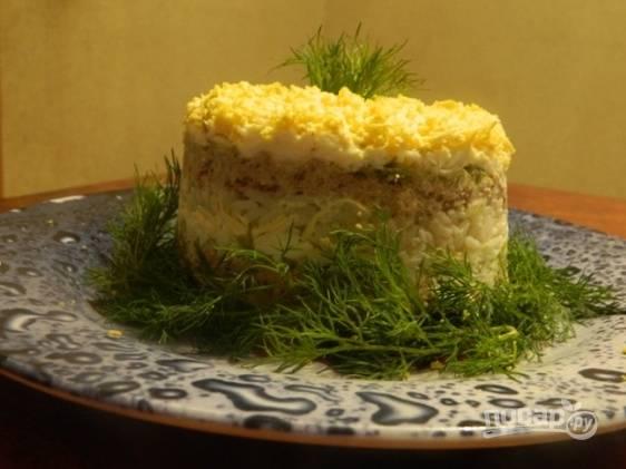 Отправляем салат на пару часов в холодильник, а перед подачей украшаем зеленью.