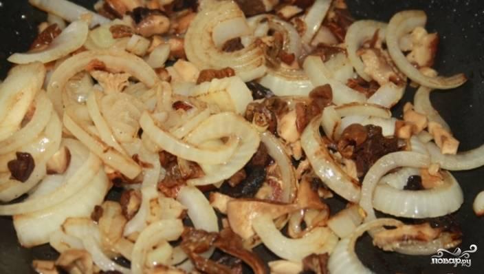 4.Лук очистите от шелухи, порежьте на полукольца и обжарьте. Отожмите сушеные грибы, порежьте их мелко. Бульон не выливайте, оставьте его для дальнейшей готовки.