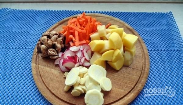 Теперь подготовьте овощи для супа. Вымойте их и почистите. Нарежьте кубиками картофель, пастернак — кружочками, редиску нарубите полукольцами, порежьте грибы, нашинкуйте морковь соломкой. В японской кухне приветствуется разнообразие форм и расцветок.